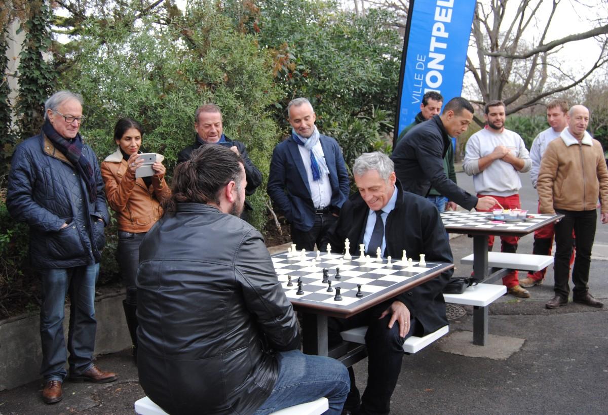 Trois nouvelles tables de jeux d'échecs sur l'esplanade
